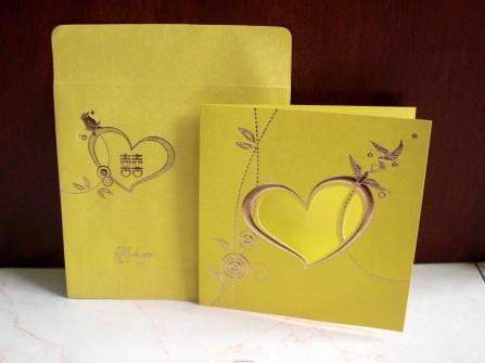Thiệp cưới đẹp màu vàng hoa văn chim uyên ương