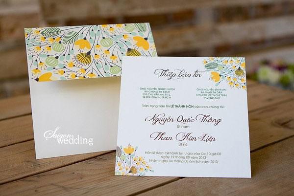 Thiệp cưới đẹp màu vàng in hoa cách điệu