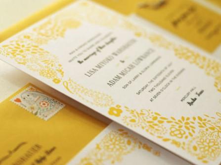 Thiệp cưới đẹp màu vàng hoa văn dễ thương