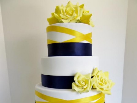 Bánh cưới trang trí vàng và xanh navy