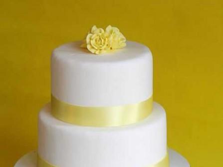Bánh cưới trắng ruy băng vàng