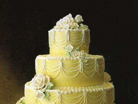 Bánh cưới màu vàng chi tiết trắng