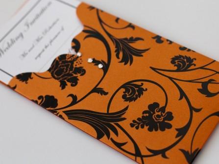Thiệp cưới đẹp màu cam hoa văn đen ấn tượng