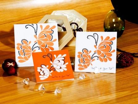 Thiệp cưới đẹp màu cam hoa văn con bướm cách điệu