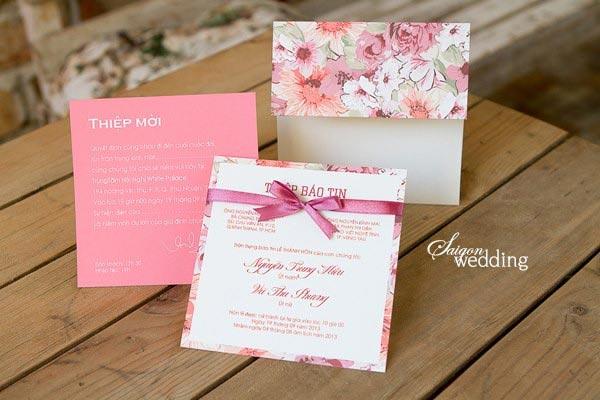 Thiệp cưới đẹp màu hồng in hoa cỏ mùa xuân
