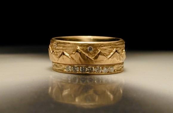 Nhẫn cưới vàng đính đá khắc họa tiết