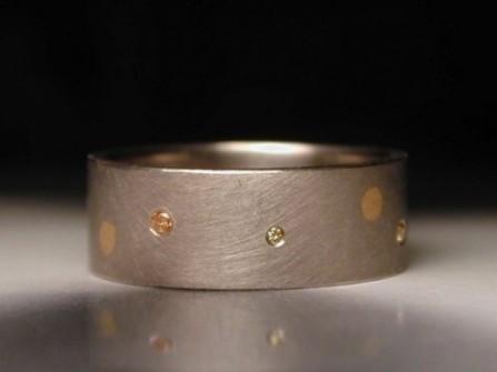 Nhẫn cưới đính đá lạ mắt