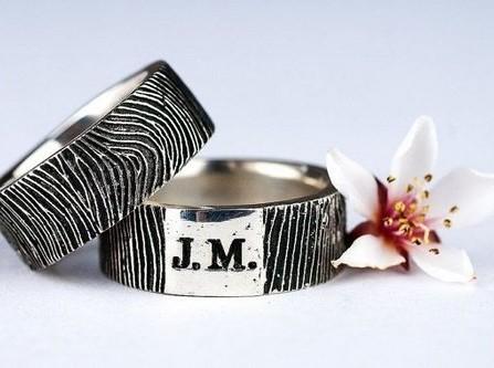 Nhẫn cưới bạc khắc vân tay và chữ cái