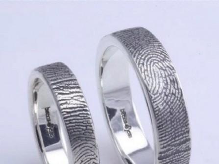 Nhẫn cưới bạc với họa tiết vân tay ấn tượng