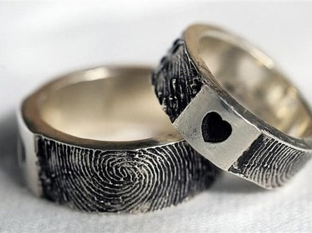 Nhẫn cưới khắc họa tiết vân tay mặt trái tim