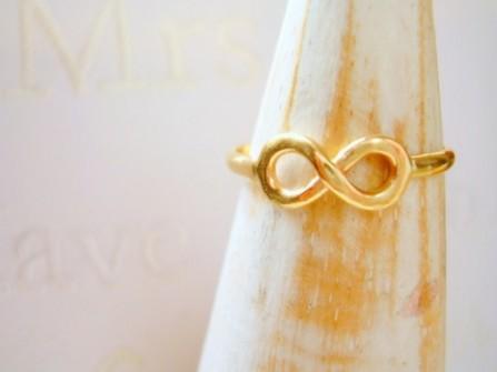 Mẫu nhẫn cưới vàng mặt xoắn số 8