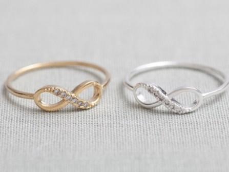 Cặp nhẫn cưới với biểu tượng trường tồn