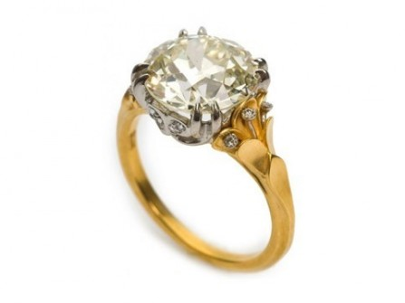 Nhẫn đính hôn vàng đính đá