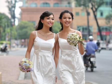 Váy phụ dâu màu trắng, đơn giản