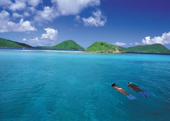 Nước trong xanh và nắng ấm thích hợp cho môn lặn biển