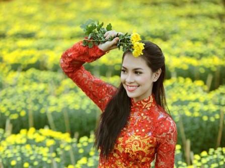 Áo dài ren đỏ phối nền vàng