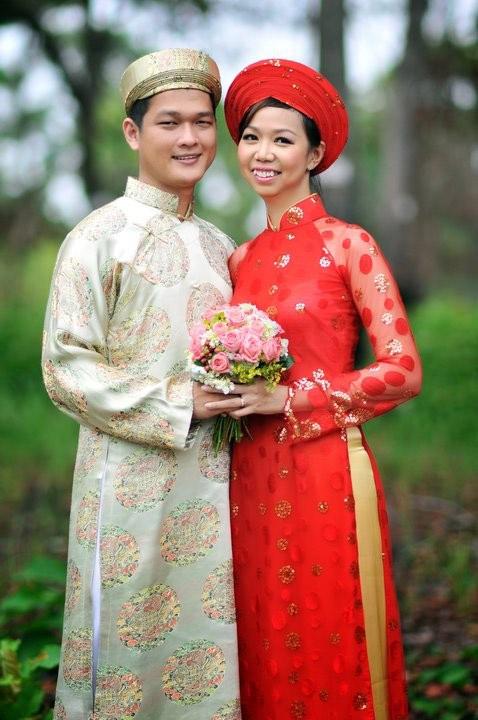 Áo dài cưới voan đỏ chấm bi tay loe