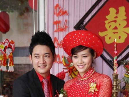 Áo dài ren đỏ đính kim sa