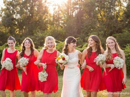 Váy phụ dâu màu đỏ kết hợp hoa cầm tay màu trắng