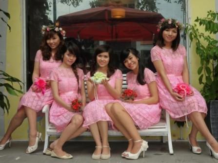Váy phụ dâu màu hồng với chất liệu ren