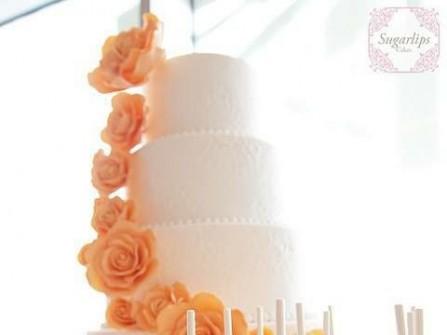 Bánh cưới 4 tầng màu trắng trang trí hoa màu cam