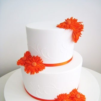 Bánh cưới trắng trang trí hoa màu cam tinh tế