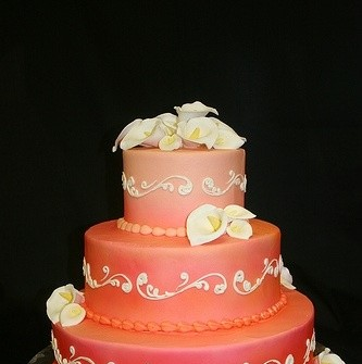 Bánh cưới màu cam kết hợp hoa tươi
