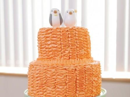 Bánh cưới màu cam với lớp kem bên ngoài độc đáo