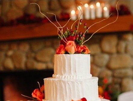 Bánh cưới trắng sắc cam nhẹ nhàng