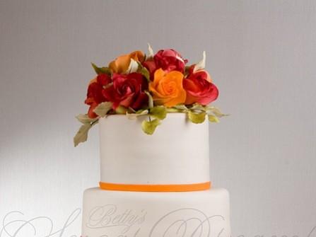Bánh cưới 4 tầng trang trí viền cam
