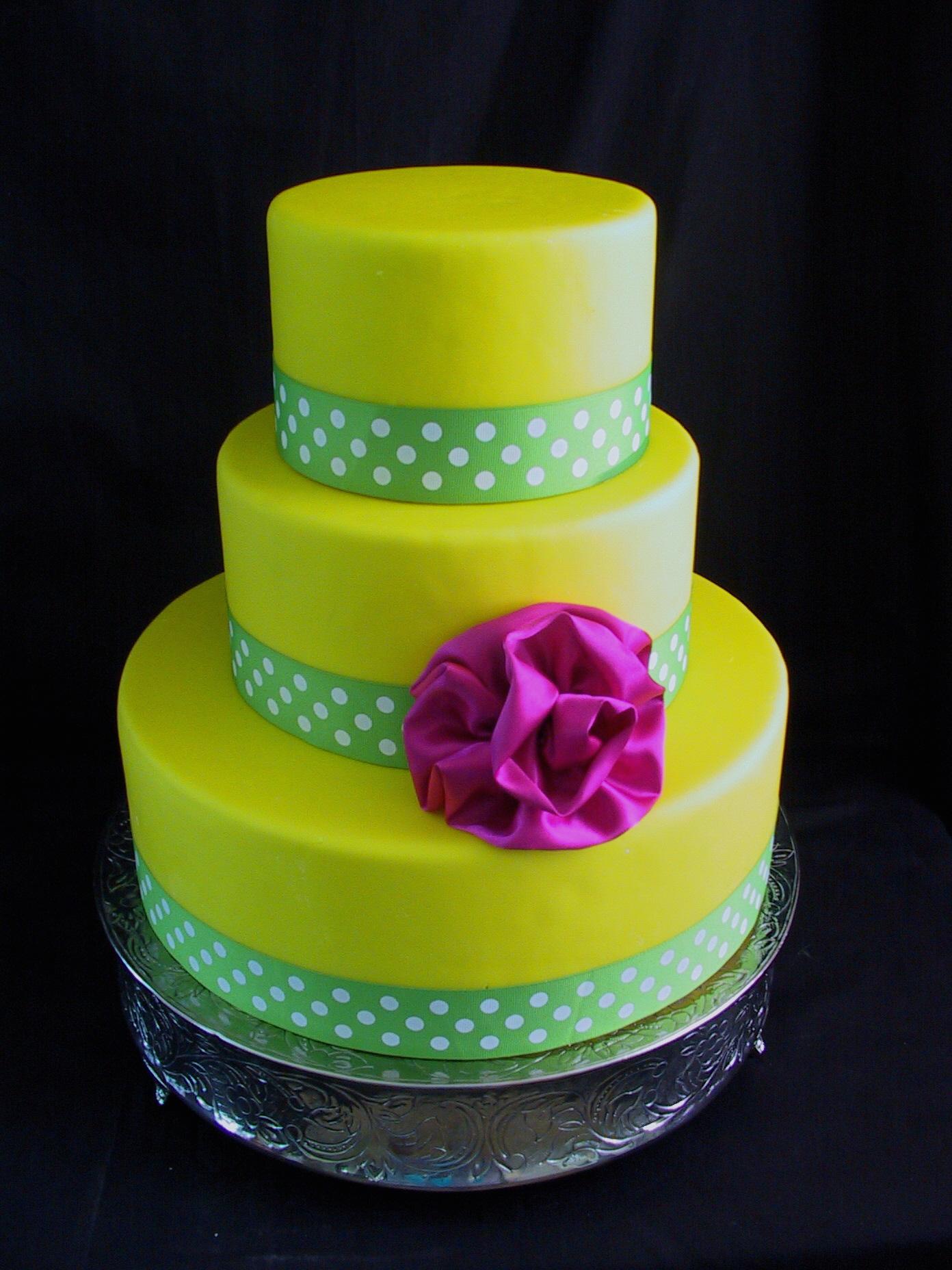 Bánh cưới màu vàng chanh ruy băng chấm bi