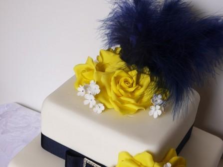 Bánh cưới hoa vàng ruy băng xanh navy