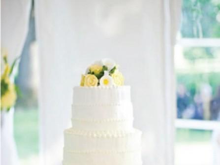 Bánh cưới ombre màu vàng và trắng