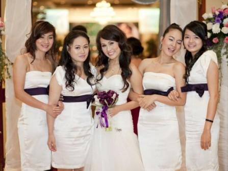 Váy phụ dâu màu trắng cúp ngực thắt lưng tím