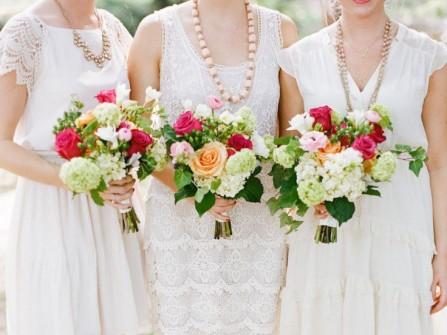 Váy phụ dâu trắng và hoa cầm tay nhiều màu