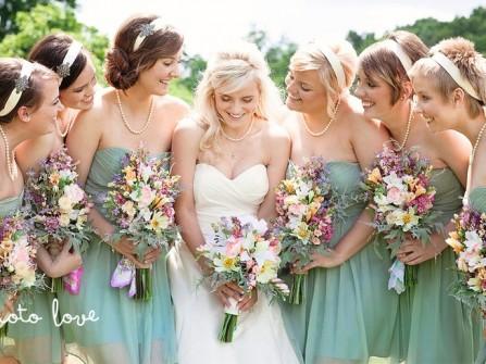 Váy phụ dâu màu xanh lá cúp ngực kết hợp hoa cầm tay