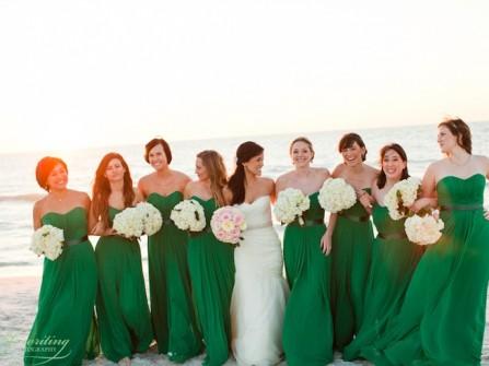 Váy phụ dâu màu xanh lá đậm kết hợp thắt lưng đen