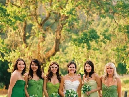 Váy phụ dâu màu xanh lá kết hợp hoa cầm tay cùng màu