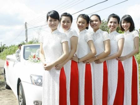 Áo dài bưng mâm quả ren trắng tay ngắn