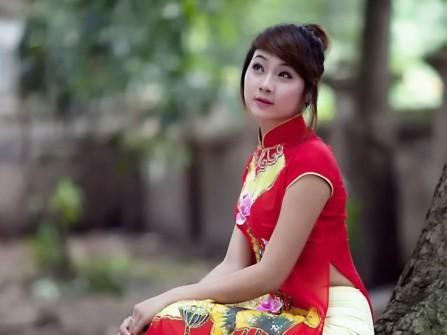 Áo dài cưới đỏ tay ngắn vẽ hoa sen