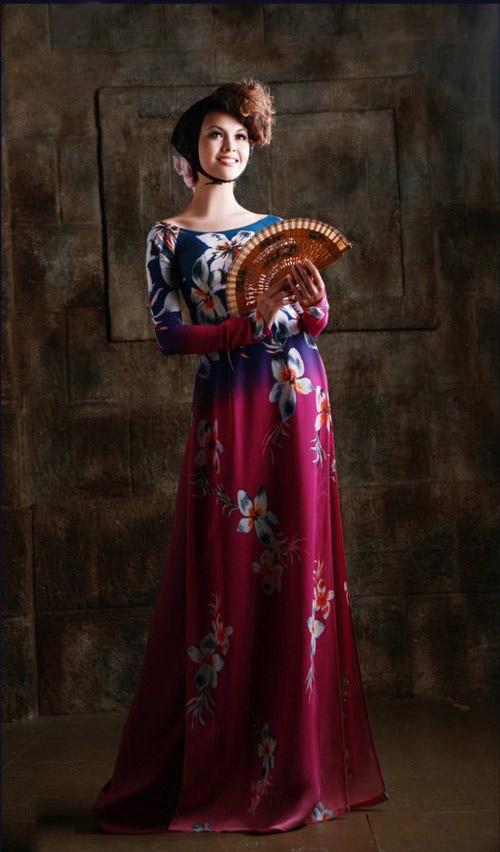 Áo dài cưới cổ thuyền màu hồng kết hợp hoa xanh