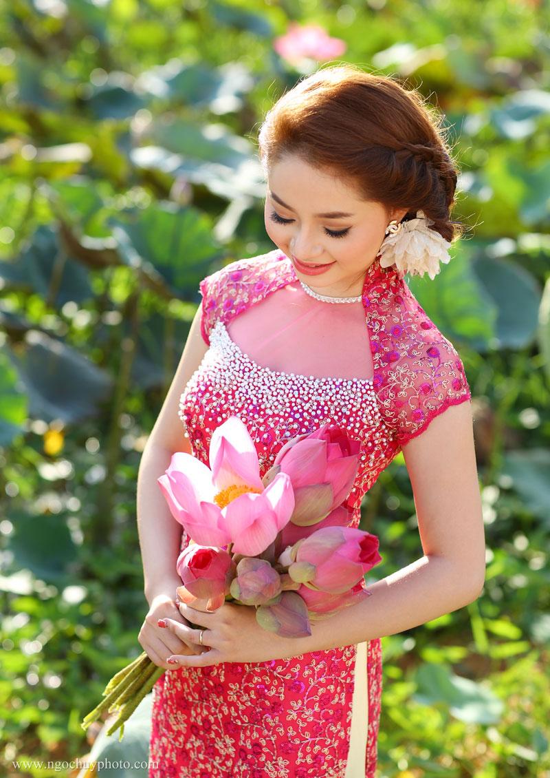 Áo dài cưới ren hồng tay sò kết cườm lấp lánh