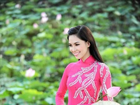 Áo dài cưới hồng thêu họa tiết lá cây