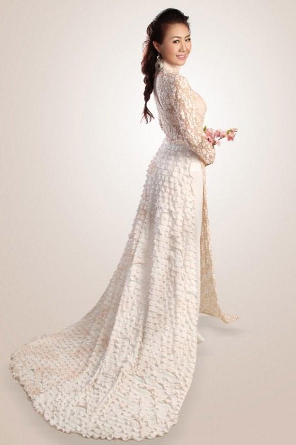 Áo dài trắng đuôi dài xếp tầng