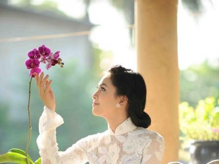 Áo dài ren trắng hoa hồng kết cườm