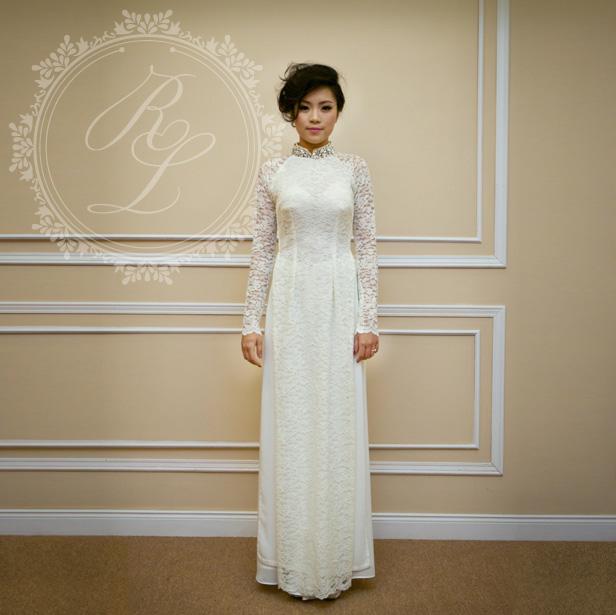 Áo dài cưới ren hoa nhỏ với cổ áo đính kim sa