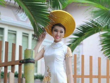 Áo dài cưới lụa trắng tay ngắn thêu hoa sen vàng