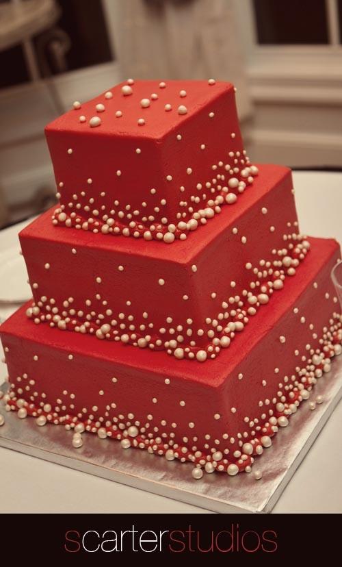 Bánh cưới vuông màu đỏ trang trí hạt châu vàng