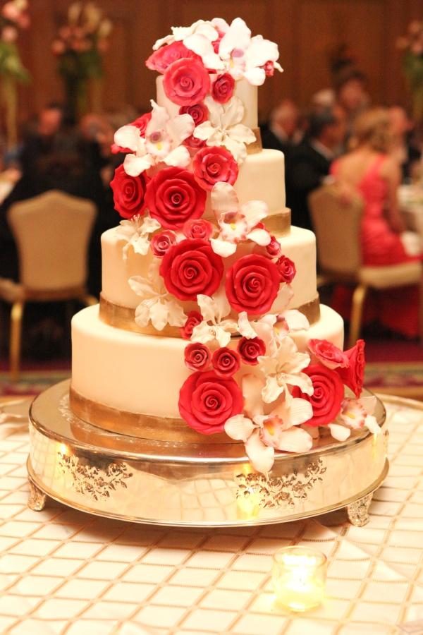 Bánh cưới nhiều tầng hoa màu đỏ và trắng
