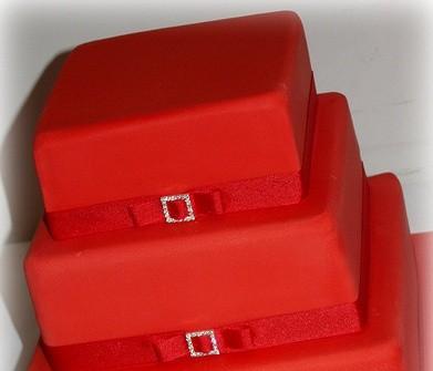 Bánh cưới vuông đỏ 3 tầng dây nơ đơn giản.